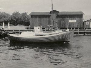 Bandholms Lodseris lodsbåd fotograferet umiddelbart efter søsætning fra Carl Nielsens bådebyggeri på Fejø.