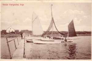 Christines båd med hvidt sejl